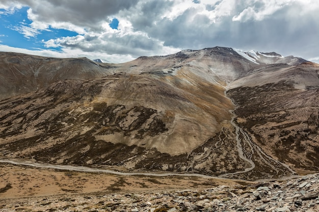 Vista do himalaia perto de tanglang la pass