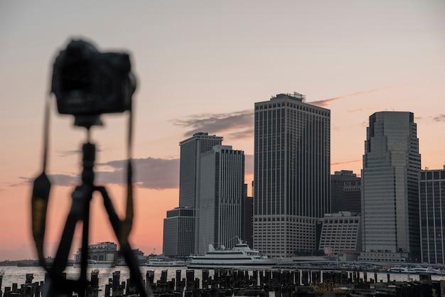 Vista do horizonte da cidade com câmera desfocada