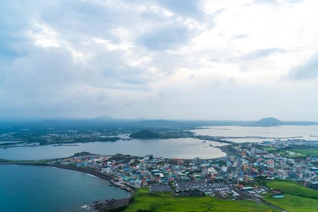 Vista do horizonte da cidade de jeju de seongsan ilchulbong