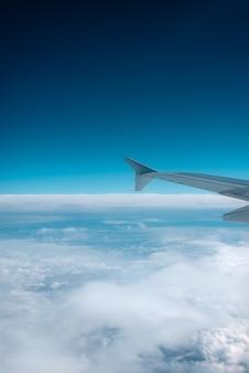Vista do horizonte da janela do avião.