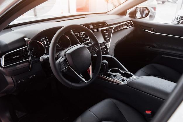 Vista do interior de um automóvel moderno, mostrando o painel