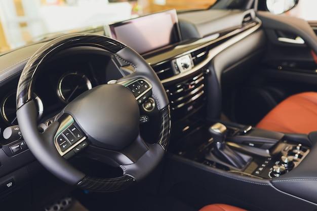 Vista do interior de um automóvel moderno, mostrando o painel.