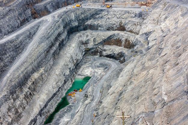 Vista do interior de uma profunda pedreira de magnesita
