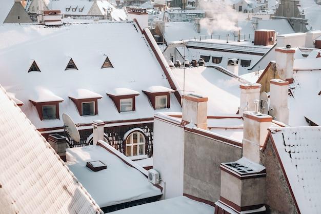 Vista do inverno da cidade velha de tallinn. cidade coberta de neve, perto do mar báltico. estônia