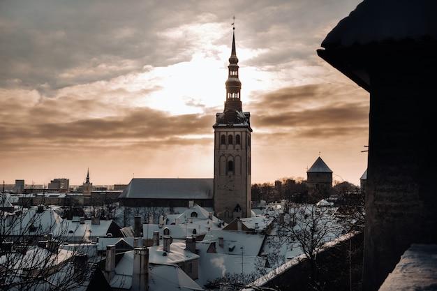 Vista do inverno da cidade velha de tallinn. cidade coberta de neve, perto do mar báltico. estônia.