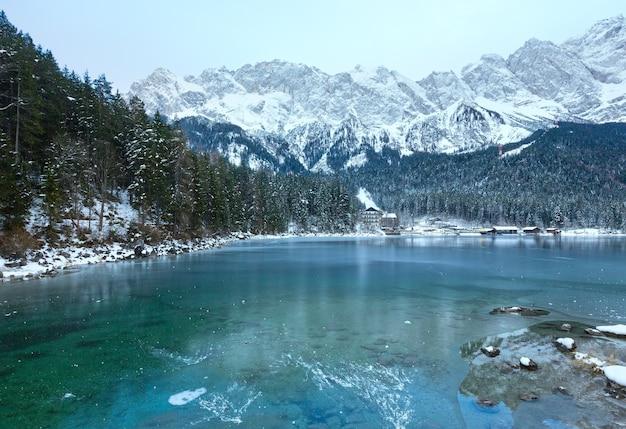 Vista do inverno do lago eibsee com fina camada de gelo na superfície, baviera, alemanha.