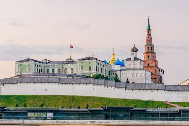 Vista do kremlin de kazan com palácio presidencial, catedral da anunciação e torre soyembika