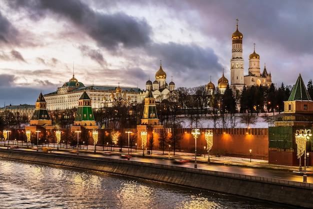 Vista do kremlin de moscou e do aterro do kremlin em moscou