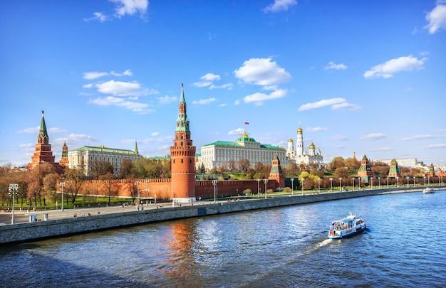 Vista do kremlin e de um barco no rio moskva em moscou em um dia ensolarado de verão