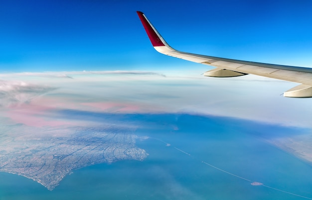 Vista do kuwait de um avião. o golfo pérsico