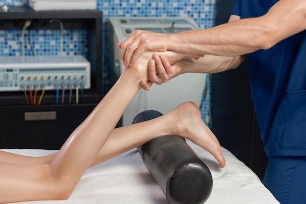 Vista do lado de massagear os pés da cliente no spa