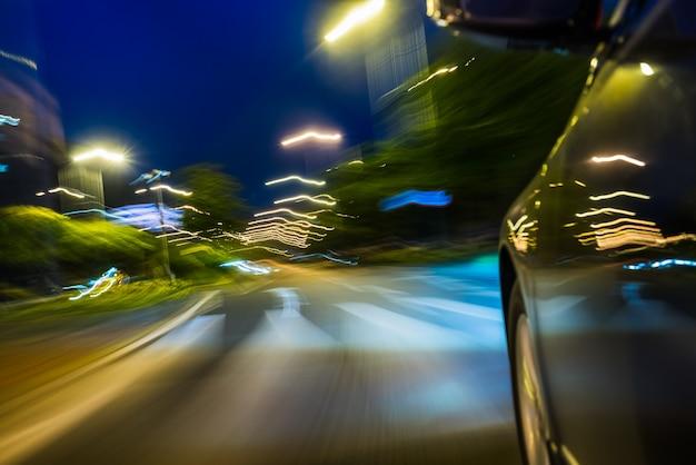 Vista do lado do carro que vai ao redor do canto, movimento borrado