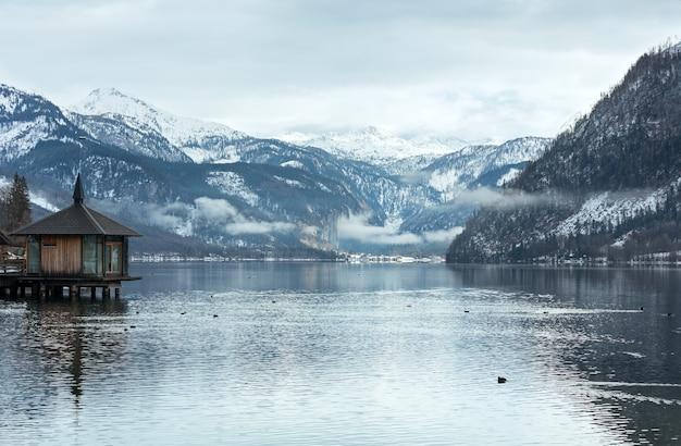 Vista do lago alpino grundlsee no inverno nublado (áustria)