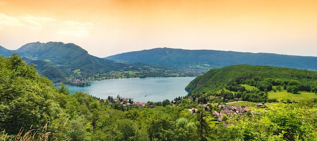 Vista do lago de annecy, alpes franceses