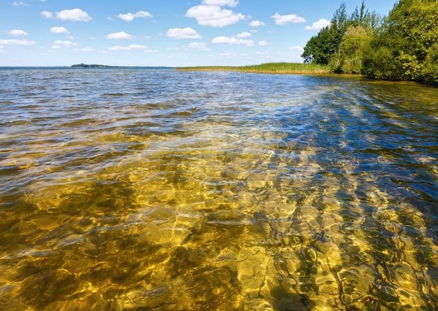 Vista do lago de verão