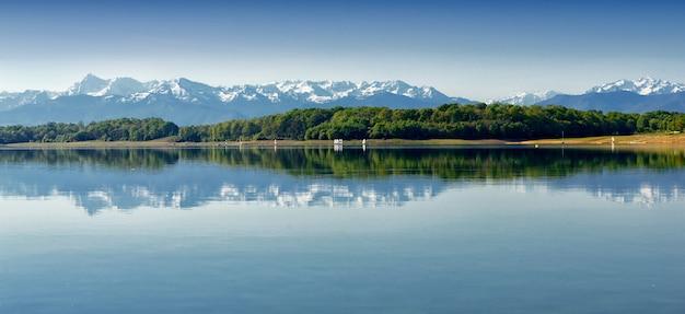 Vista do lago gabas nos pirinéus atlânticos, montanhas ao fundo