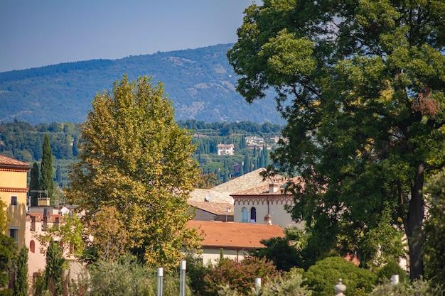 Vista do lago garda na itália de bardolino durante o verão