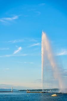 Vista do lago genebra com seu jato de água gigante na cidade de genebra, suíça.