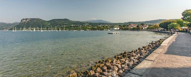 Vista do lago grada de bardolino, um lugar famoso na itália