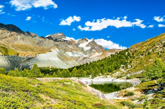 Vista do lago grunsee perto de zermatt, nos alpes suíços