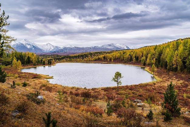 Vista do lago kidelu e dos picos cobertos de neve do cume kurai paisagem montanhosa de outono altai rússia
