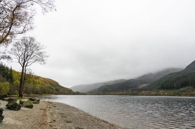 Vista do lago lubnaig em um dia nublado