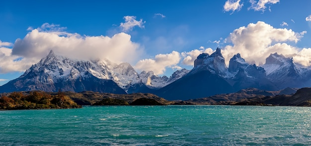 Vista do lago pehoe e cuernos del paine no parque nacional torres del paine, patagônia, chile