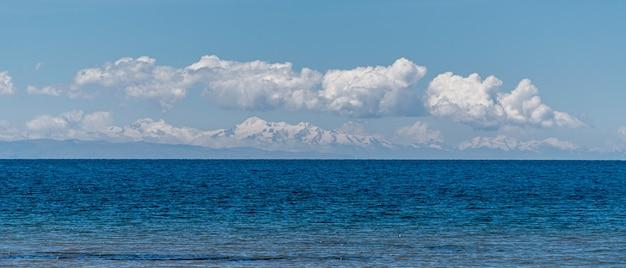 Vista do lago titicaca para a cordilheira dos andes bolivianos