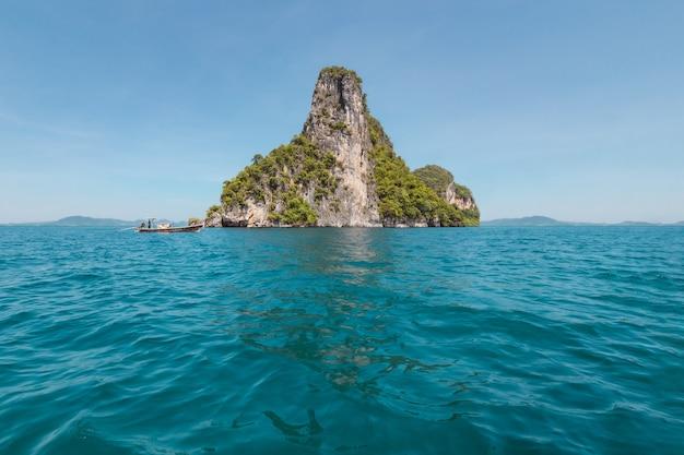 Vista do lindo mar azul com montanha no meio no oceano profundo.