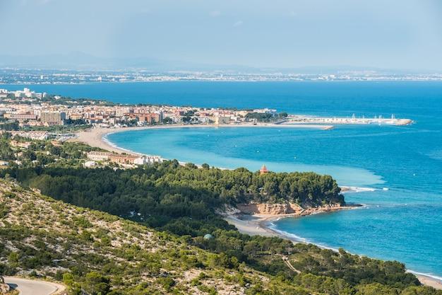 Vista do litoral costa dorada, espanha, com praia e pinheiros