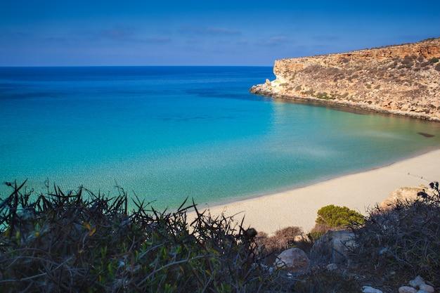 Vista do lugar mais famoso do mar de lampedusa chamado spiaggia dei conigli,