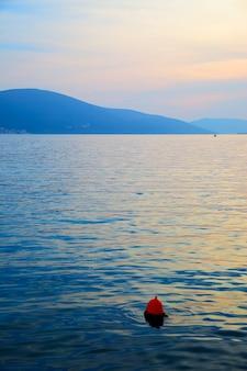 Vista do mar ao anoitecer - baía de kotor, montenegro