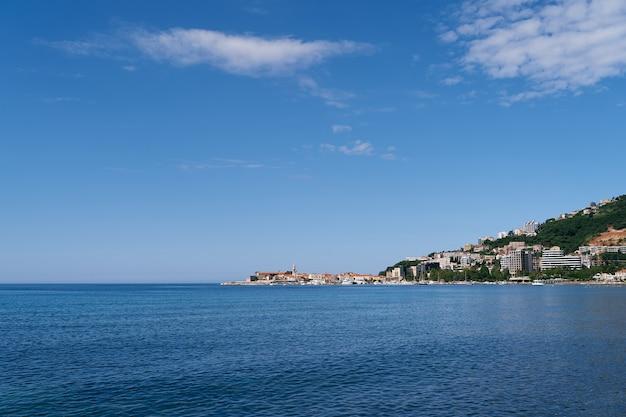 Vista do mar até a costa de budva e a cidade velha de montenegro