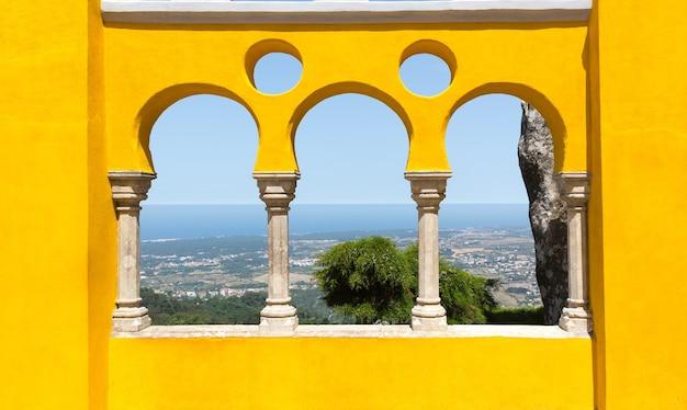 Vista do mar através da cerca amarela