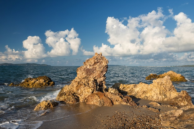 Vista do mar com arco de pedra natural, rayong