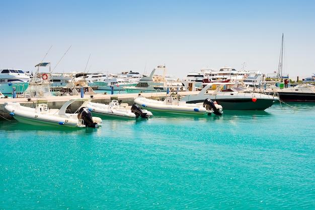 Vista do mar com estacionamento e barcos e navios ancorados.