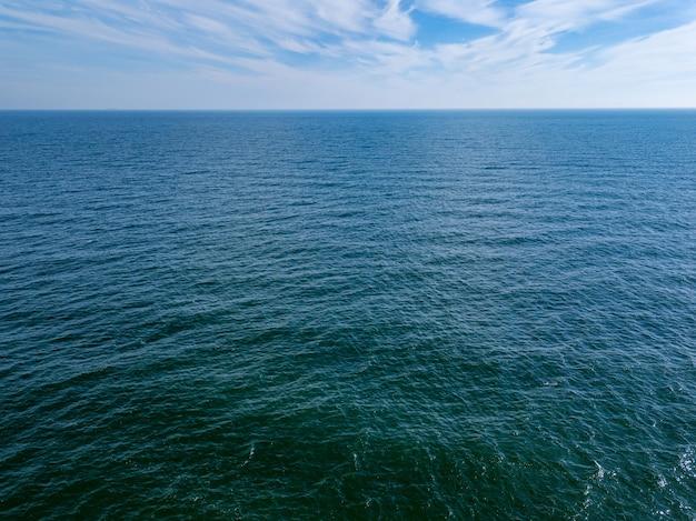 Vista do mar com horizonte azul do mar e céu azul nublado. vista aérea do zangão. copie o espaço. fundo natural
