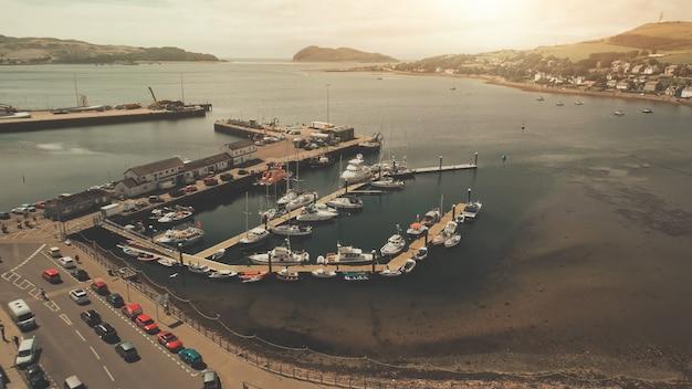 Vista do mar com iates na paisagem urbana aérea do porto com edifícios modernos nas ruas do centro
