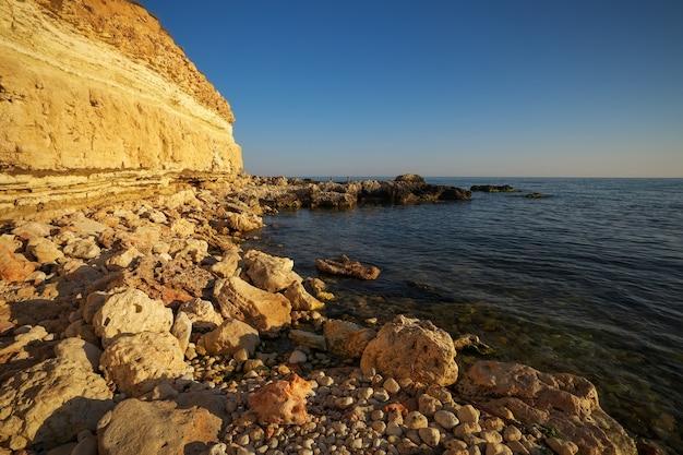 Vista do mar com mar e rochas. cossack bay. sebastopol, crimeia