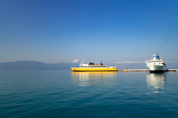 Vista do mar com navios atracando no porto