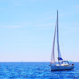 Vista do mar com o horizonte do mar e iate. composição de copyspace