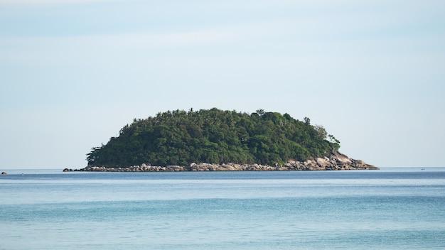 Vista do mar com pequena ilha em phuket tailândia belo mar em dia ensolarado de verão dia de bom tempo.