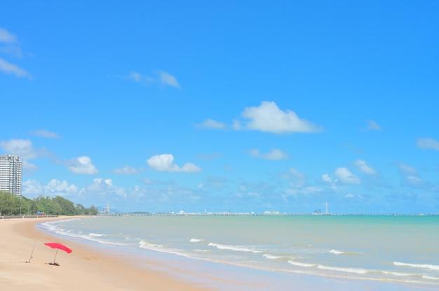 Vista do mar com praia de areia branca, paisagem de fundo da praia de verão, com o céu ensolarado no mar na tailândia