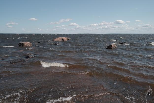 Vista do mar com vento ensolarado