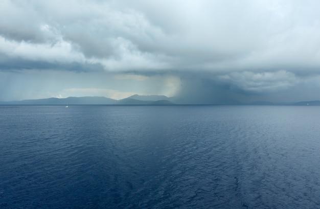 Vista do mar de verão com céu tempestuoso da balsa de trem no caminho de kefalonia para ithaca (grécia)