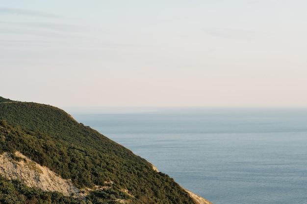 Vista do mar desde as cordilheiras das montanhas até o mar negro, hora do pôr do sol, hora do verão