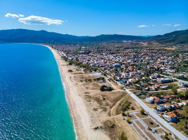 Vista do mar do drone na aldeia de asprovalta, grécia