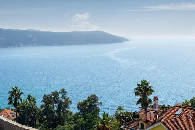 Vista do mar do sul da europa com clima ensolarado e quente