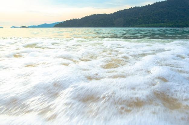 Vista do mar e da areia no tempo do por do sol, curso tailândia, lipe koh.