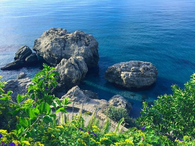 Vista do mar e das rochas da costa